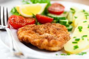 Schnitzel with potatoes and fresh vegetables