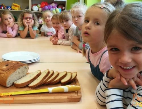 Dzieci piekły bezglutenowy chleb w przedszkolu