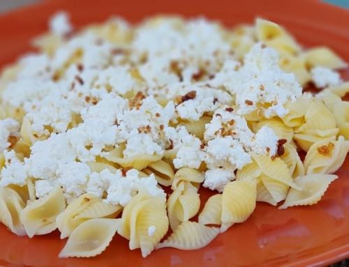 Bezglutenowy makaron z białym serem i cukrem