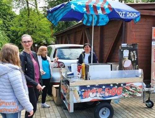 Hot-dog bezglutenowy z budki na Dniu Dziecka 2021 w Lesznie